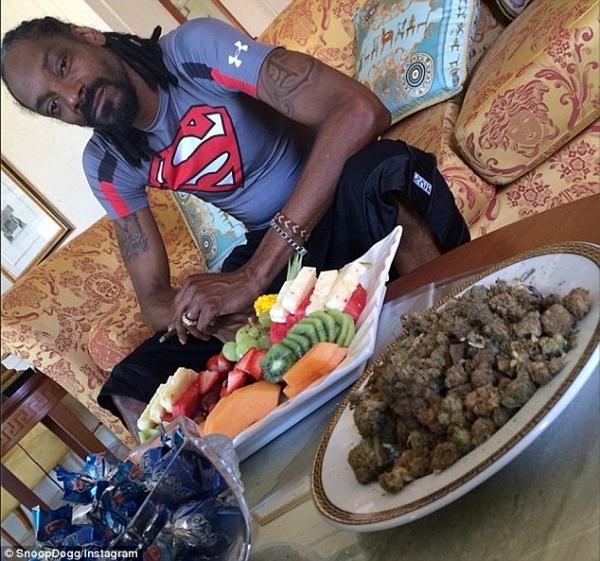 Snoop Dogg IG Selfies Weed, Money & Nail Polish??