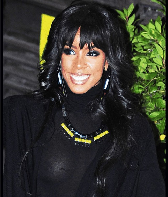Kelly Rowland looking good, dressed in all black