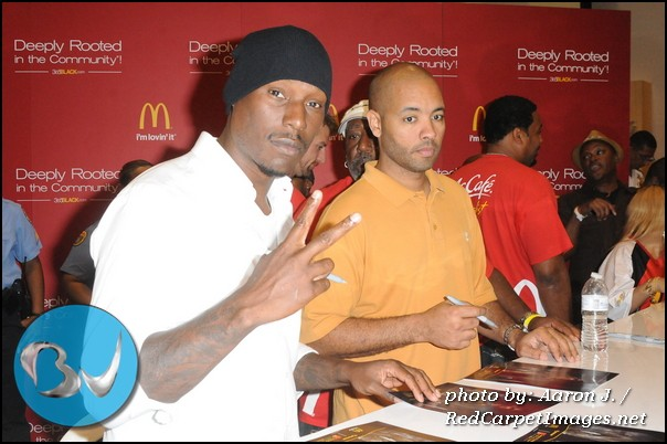 Actor/Singer Tyrese stops for a picture in between signing autographs for fans